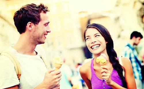 アイスクリームを食べるカップル