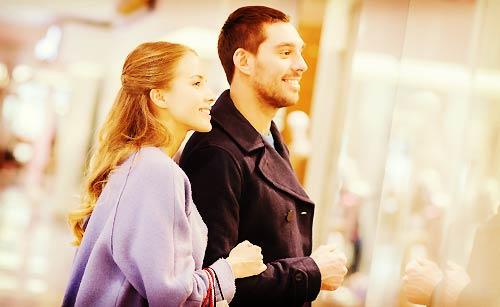 ウィンドウショッピングをするカップル
