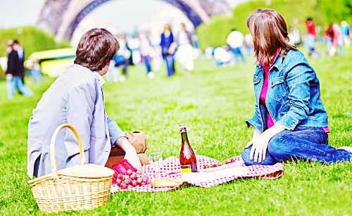 公園でピクニックを楽しむカップル