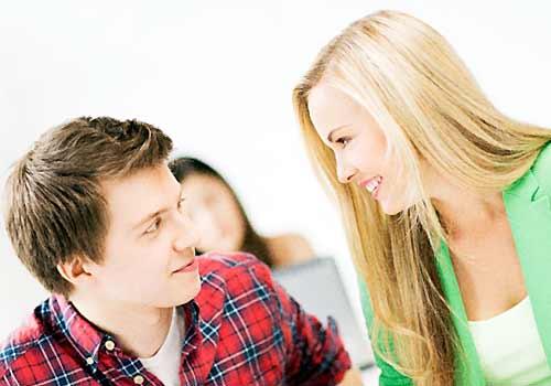 クラスメイトと会話する女子