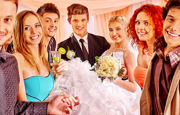 結婚式で盛り上がる若者達