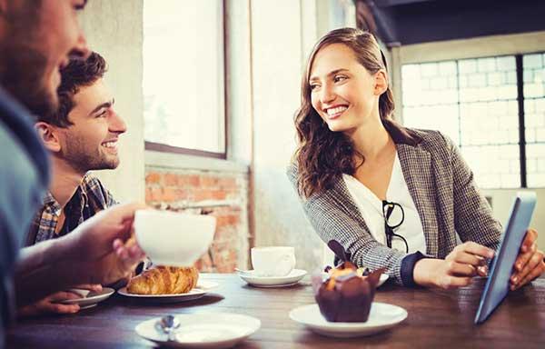 カフェでメニューを決める男女