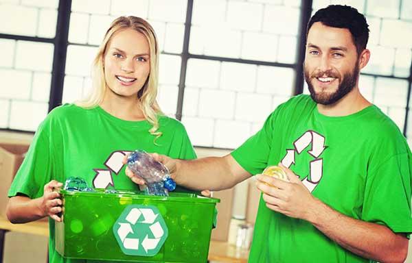 ペットボトルのリサイクル回収をする男女