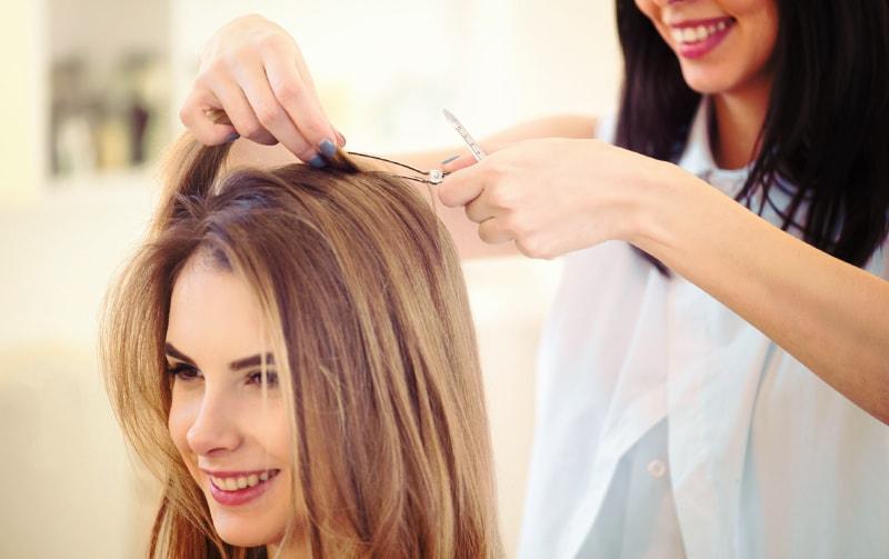美容師と会話する女