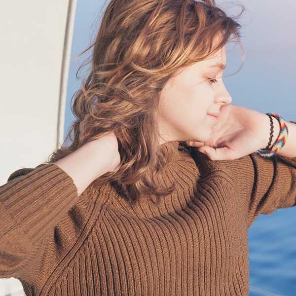 ハイネックのセーターを着た女