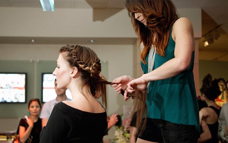 美容師にヘアスタイルの指示を出す女