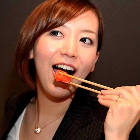 つまみを食べる女性