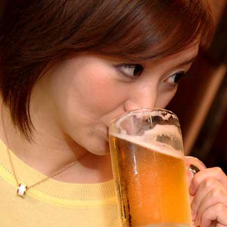 飲みながら見つめる女性