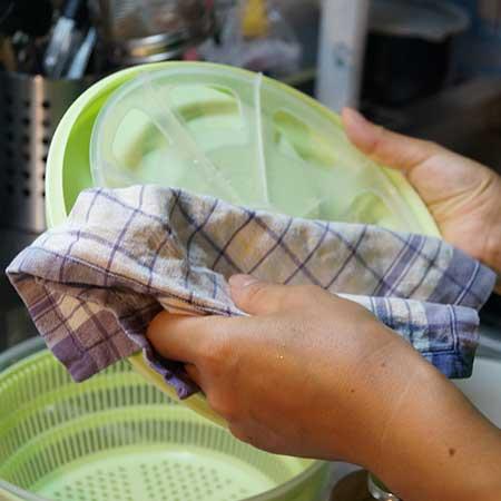 食器を拭く手