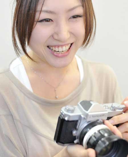 趣味のカメラを持つ女性