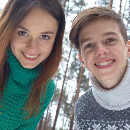 セーター姿のカップル