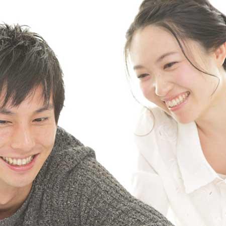 談笑するカップル