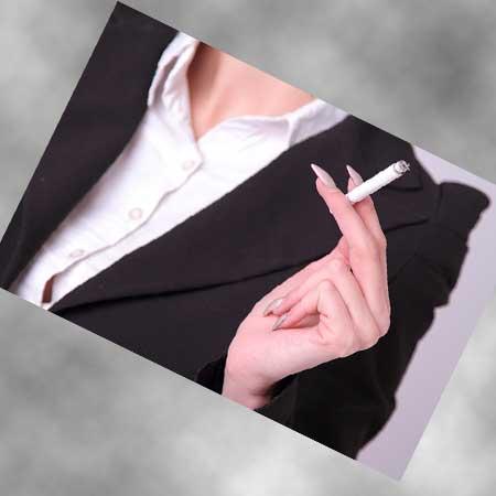 喫煙中の女性