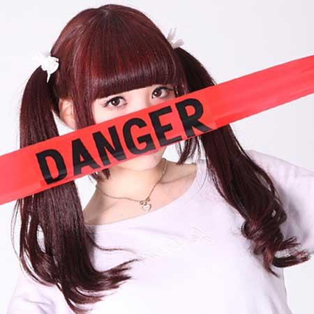 危険表示テープと女性