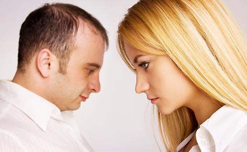煮え切らない態度のカップル