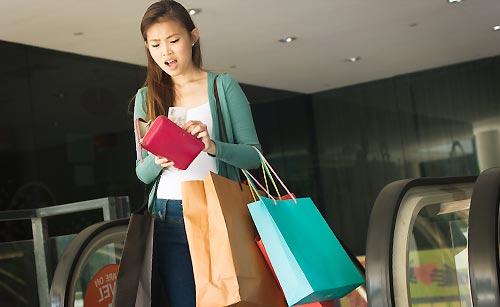 お金と買い物に悩む女性