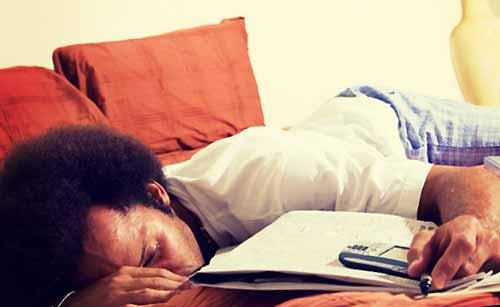 電話を我慢して寝る男