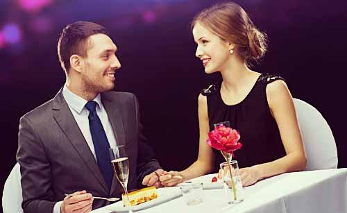 レストランでデートをするカップル