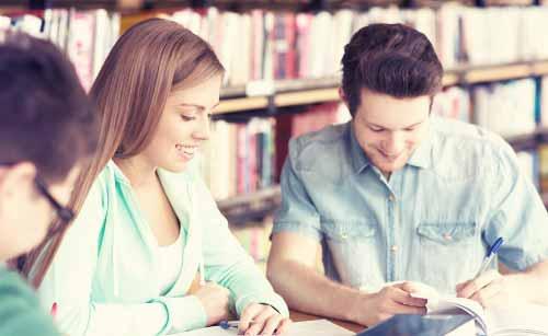 ボーイフレンドから勉強を教えてもらう女性