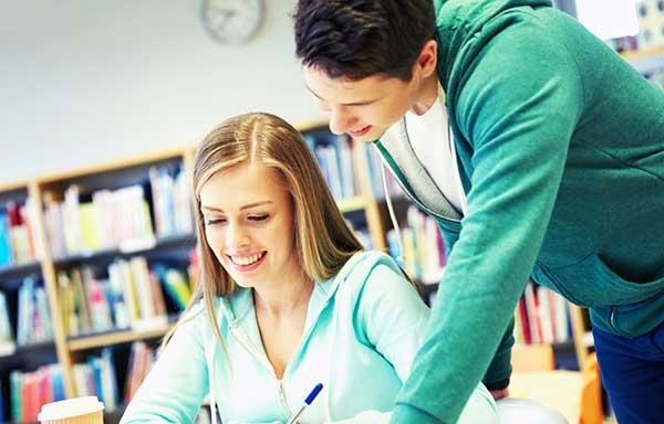 図書館で好きな人に勉強を教えてもらっている女性