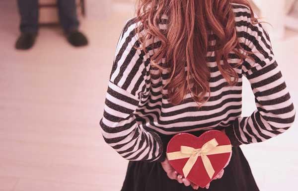 チョコを渡そうとしている女子