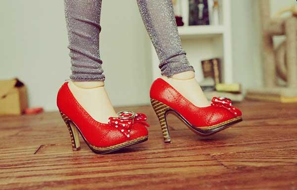 赤いヒール靴