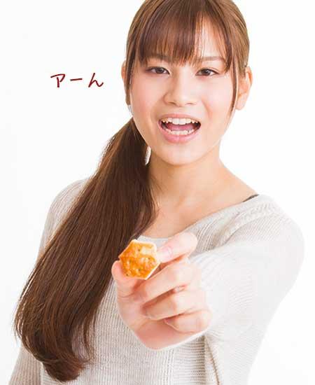 スナック菓子を差し出す女性