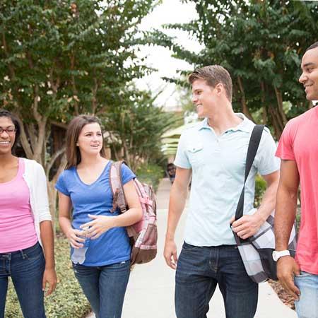 並んで歩く学生