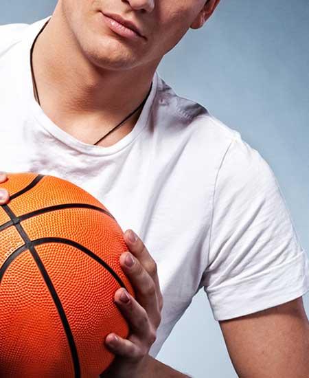バスケットボール持つ男子