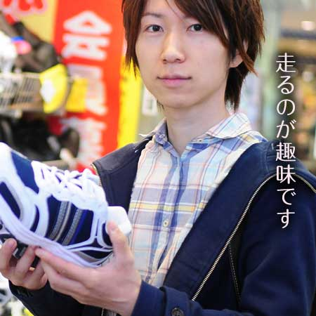 運動靴を持つ男性