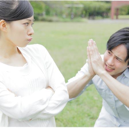 せびる男と腕組する女性
