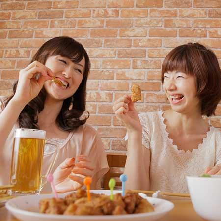 おつまみを食べる女性
