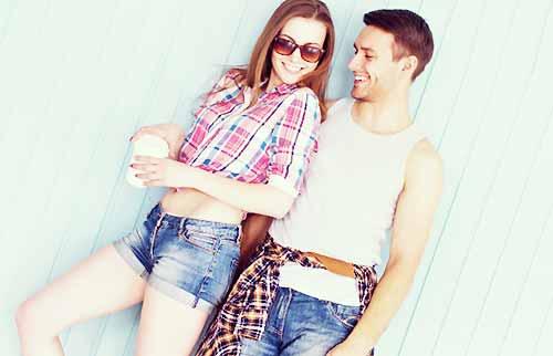 ショートパンツをはいた女性と彼氏