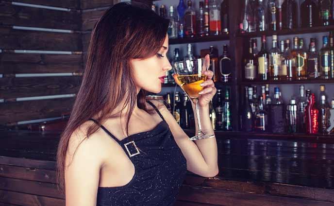 女性一人でバーを楽しむ・ステキな男との出会いを掴むコツ