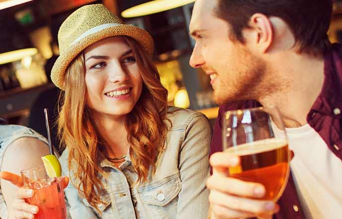 バーで会話する男女