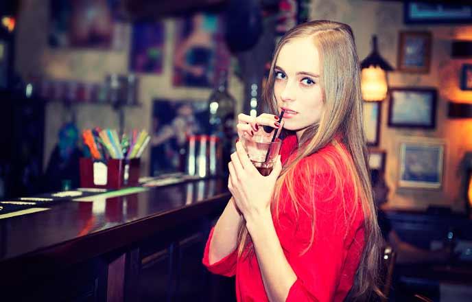 バーで一人飲む女