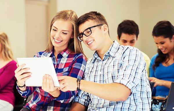 クラスメイトの男子に勉強を教えてもらう女子
