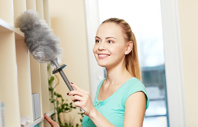 棚を掃除をしている女性