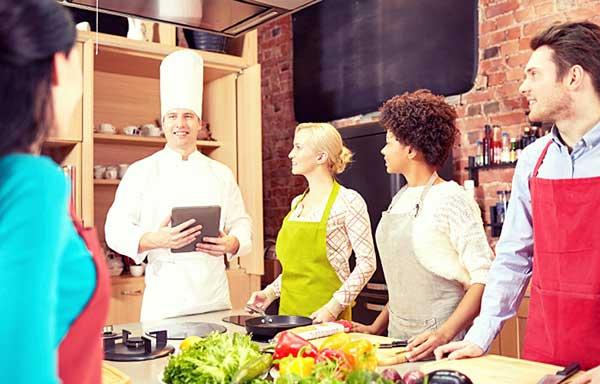 料理教室に参加する男女