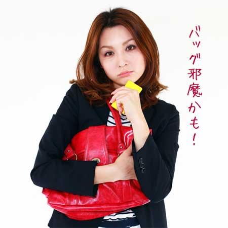 大きいバッグを抱える女性