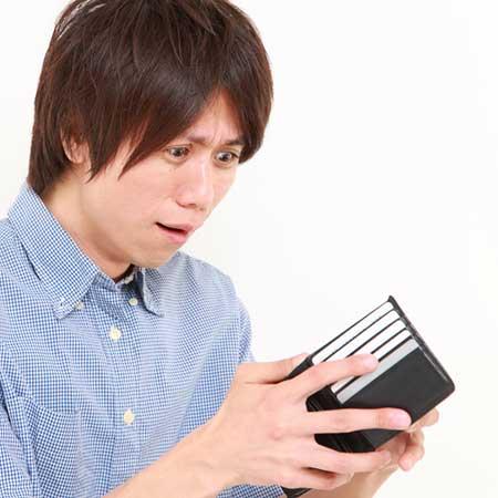財布の中を見る男子