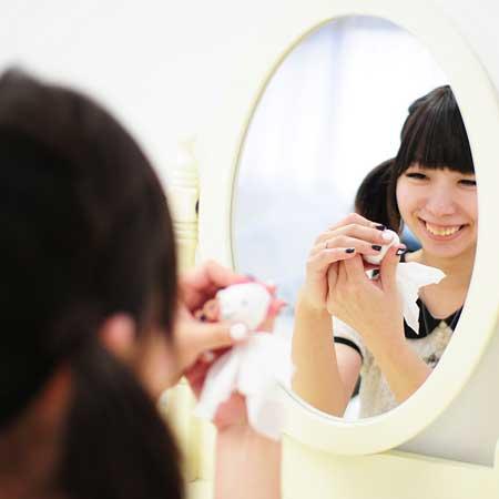 鏡を見て笑顔の練習