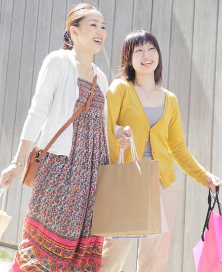 買物へ出かける女性