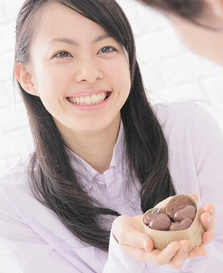 チョコを差し出す女性