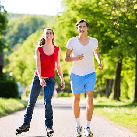 公園で走るカップル