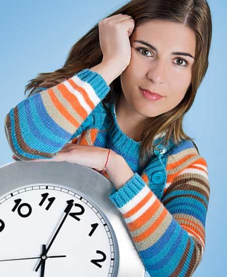 時計を抱く女性