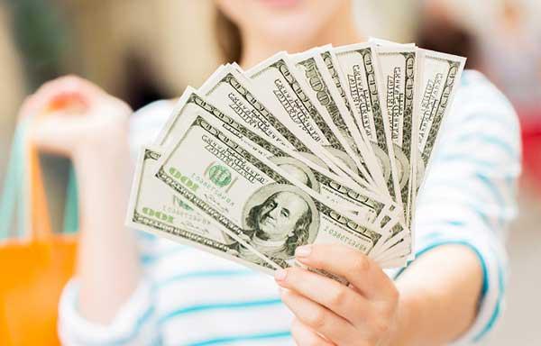 お金を見せびらかす女
