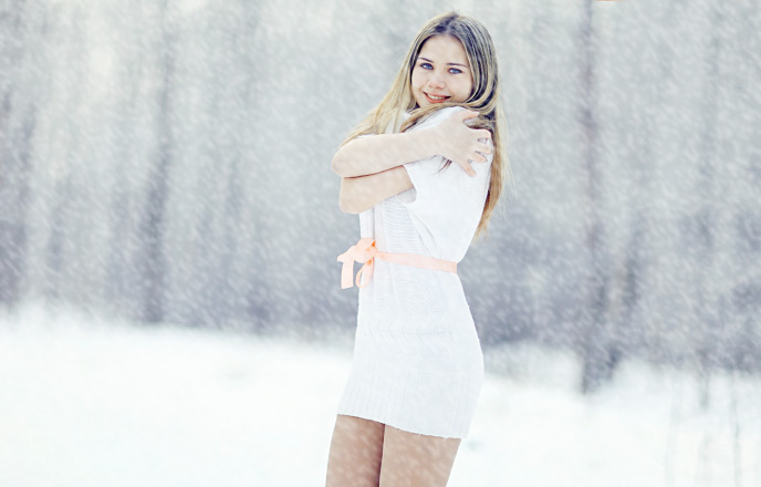 雪の中ミニスカートをはいている女性