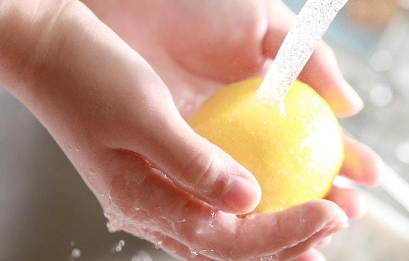 レモンを水で洗う