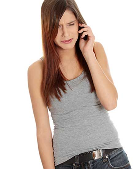 スマホで聞きながら泣く女性